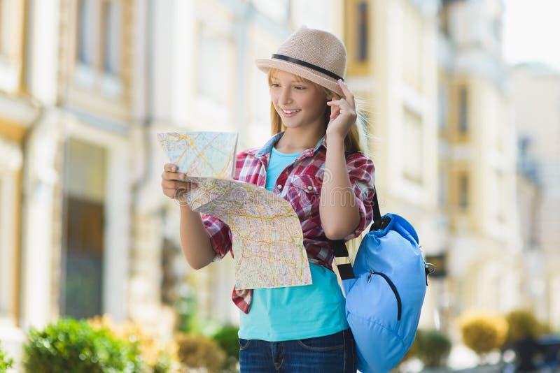 Tiener die kaart bekijken Toerisme en vakantieconcept royalty-vrije stock foto