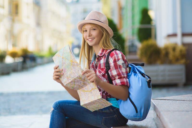 Tiener die kaart bekijken Toerisme en vakantieconcept stock fotografie