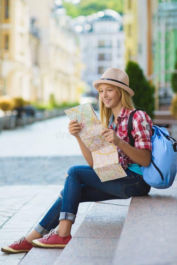 Tiener die kaart bekijken Toerisme en vakantieconcept royalty-vrije stock afbeelding