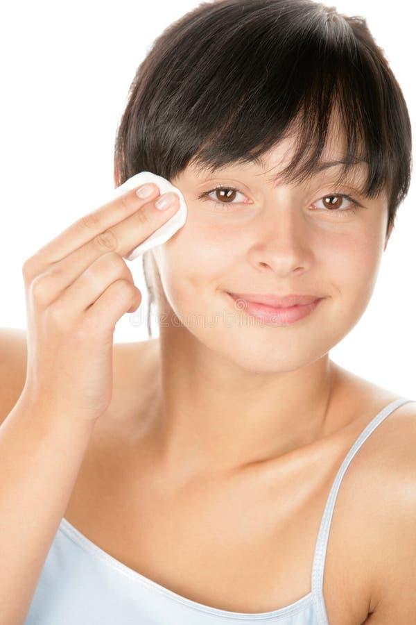 Tiener die make-up verwijdert stock fotografie