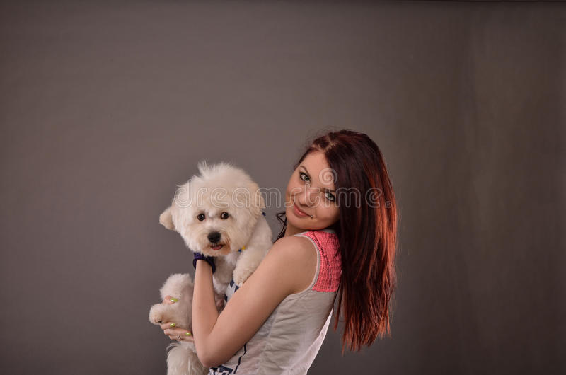 Tiener die Maltees puppy houden royalty-vrije stock fotografie