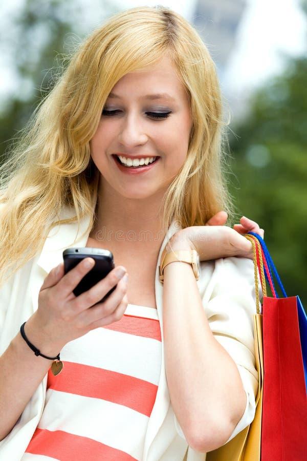 Tiener die mobiele telefoon bekijkt stock fotografie