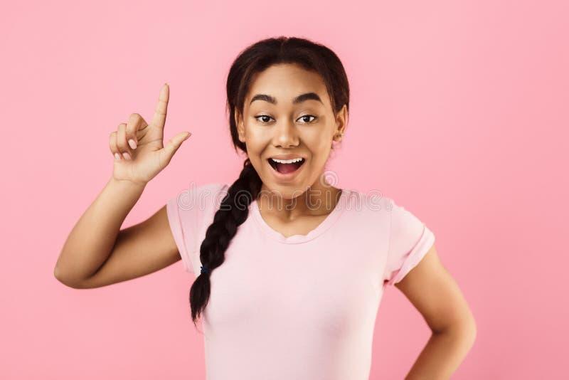 Tiener die nieuw idee hebben, die vinger omhoog opheffen stock fotografie