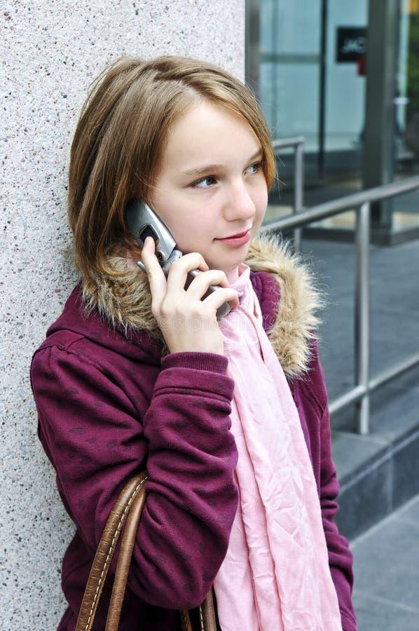 Tiener die op celtelefoon spreekt stock afbeeldingen