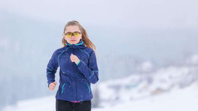 Tiener die op de sleep van de de winterberg lopen stock afbeeldingen