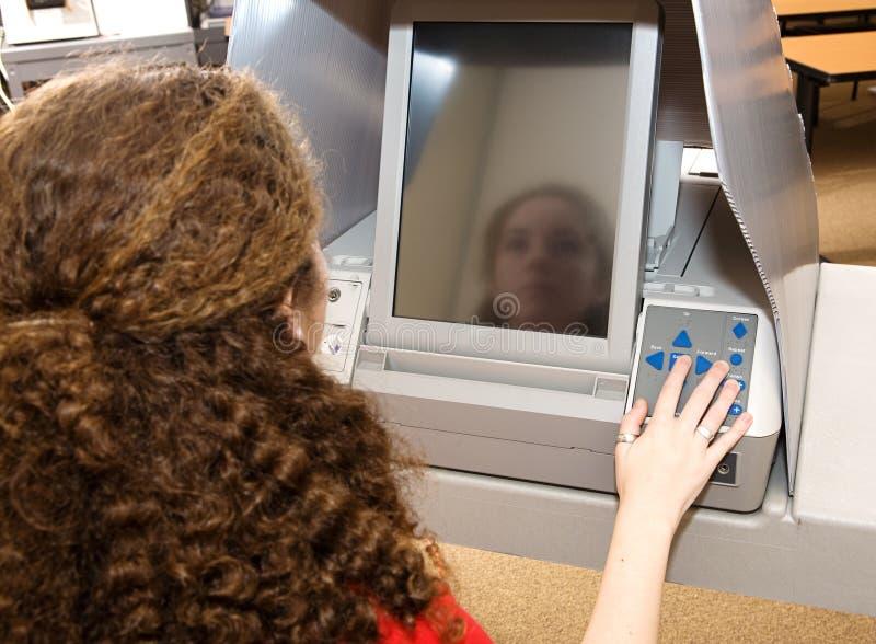 Tiener die over het Scherm van de Aanraking stemt stock foto's