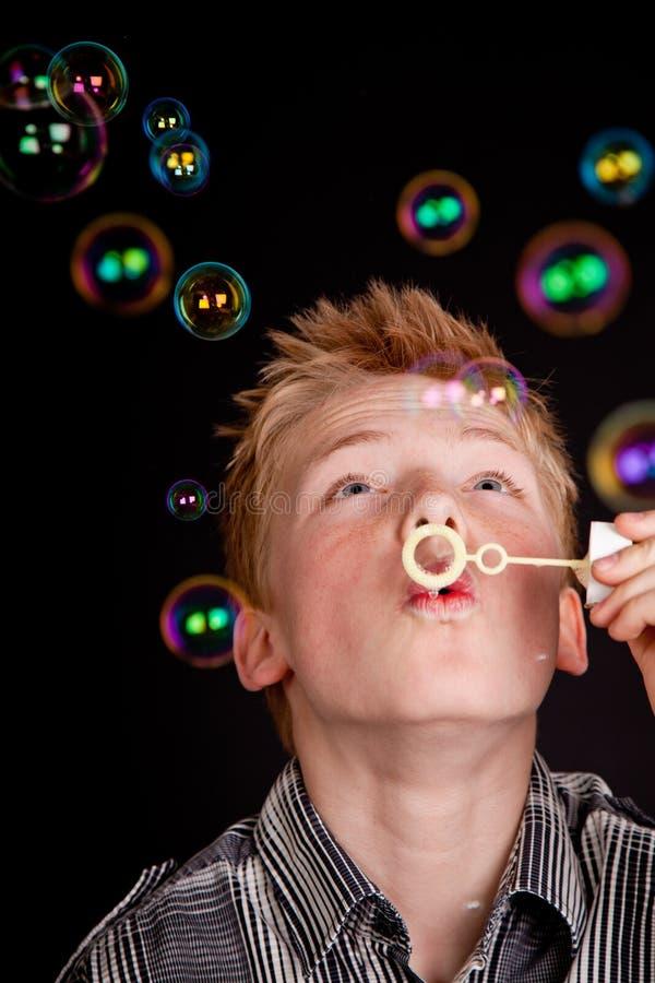 Tiener die pret blazende zeepbels hebben stock foto