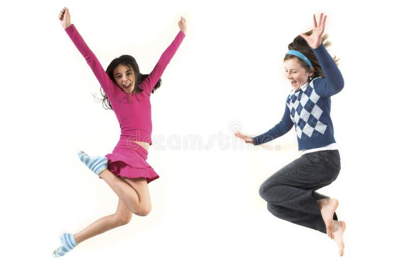 Tiener die samen springt stock foto