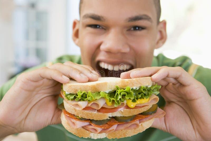 Tiener die Sandwich eet royalty-vrije stock afbeeldingen