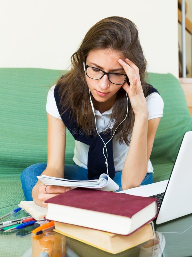 Tiener die thuiswerk doet stock afbeelding