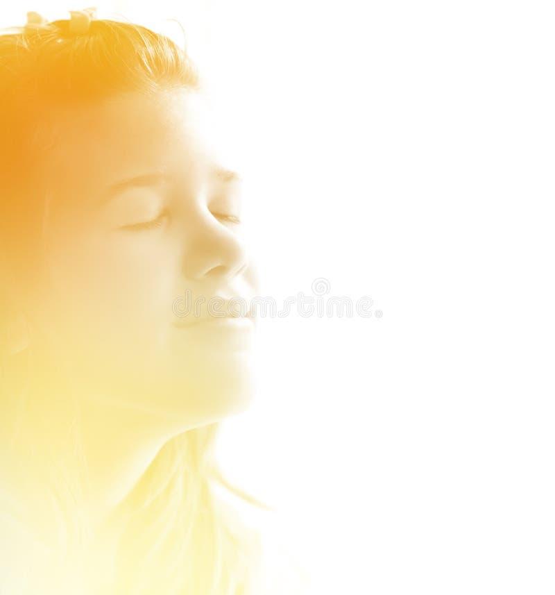 Tiener die van de ochtendzonneschijn geniet royalty-vrije stock afbeelding