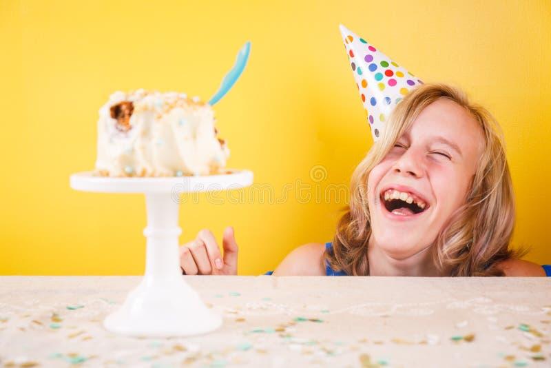Tiener die van genieten na het ruïneren van verjaardagscake Één p stock afbeeldingen