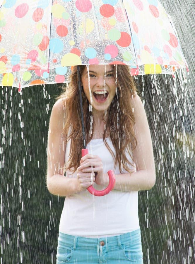 Tiener die van Regen onder Paraplu beschutten royalty-vrije stock foto's