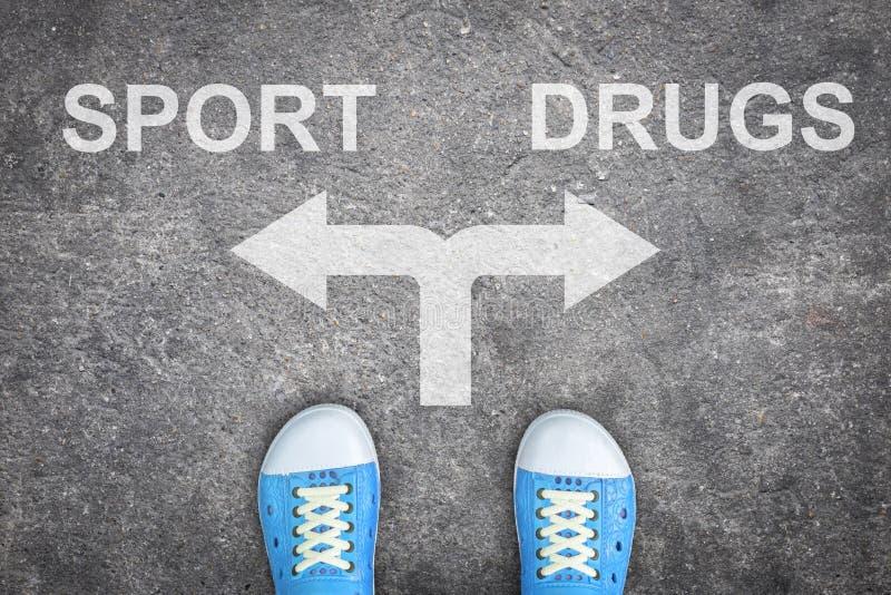 Tiener die zich bij het kruispunt bevinden - sport of drugs stock foto's