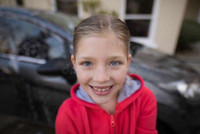 Tiener die zich dichtbij de auto bevinden royalty-vrije stock fotografie