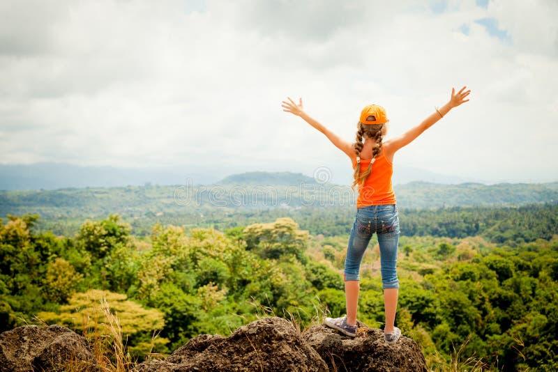 Tiener die zich op een bergbovenkant bevinden royalty-vrije stock foto's