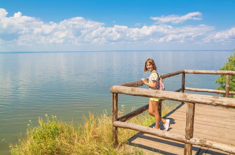 tiener die zich op een houten brug bevinden royalty-vrije stock afbeeldingen