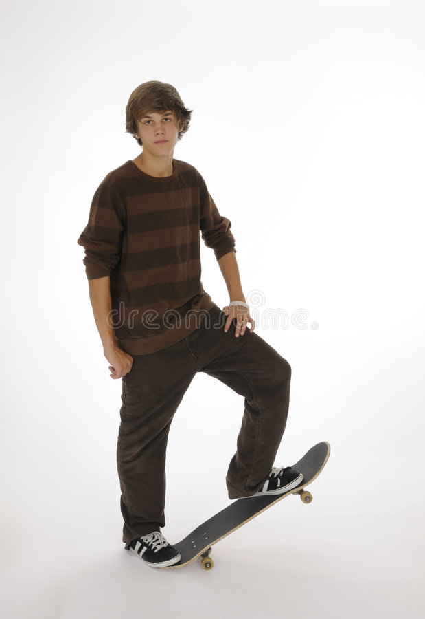 Tiener die zich op skateboard bevindt royalty-vrije stock afbeeldingen