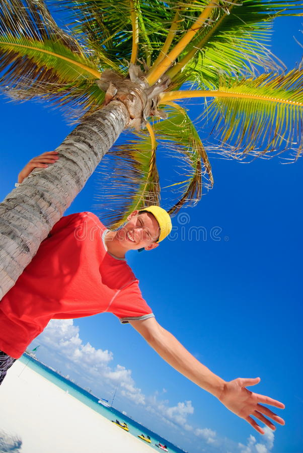 Tiener door palm stock afbeelding