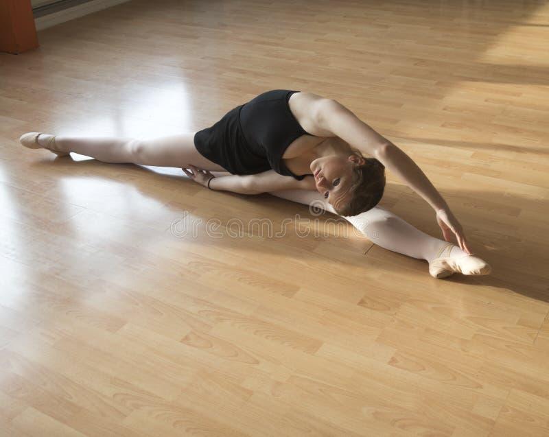 Tiener in een balletles stock fotografie