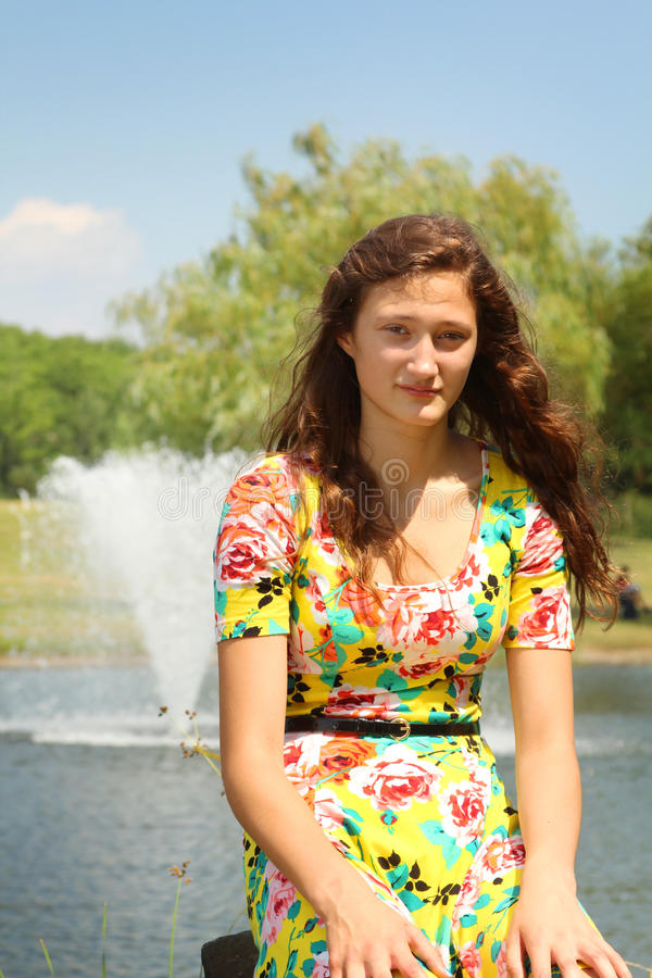 Tiener in een park stock foto's