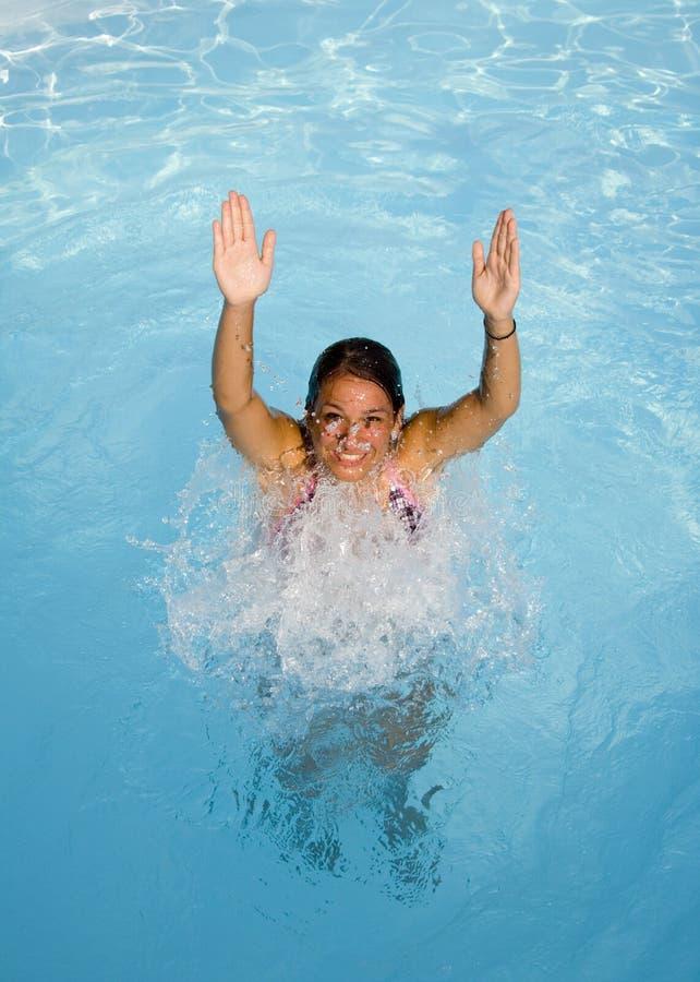 Tiener in een pool stock fotografie