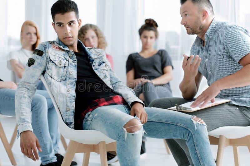 Tiener en geestelijke gezondheidsspecialisten royalty-vrije stock afbeelding