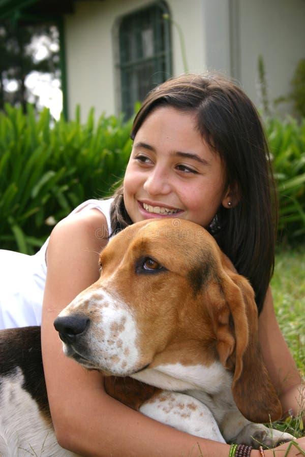 Tiener en haar hond royalty-vrije stock foto