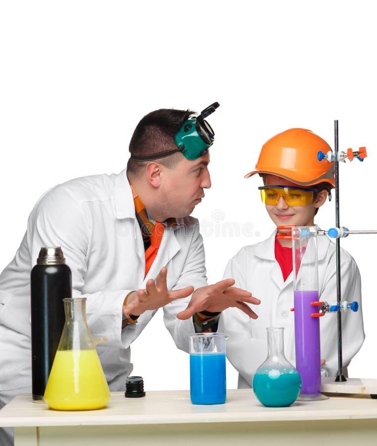 Tiener en leraar van chemie bij les het maken royalty-vrije stock foto's