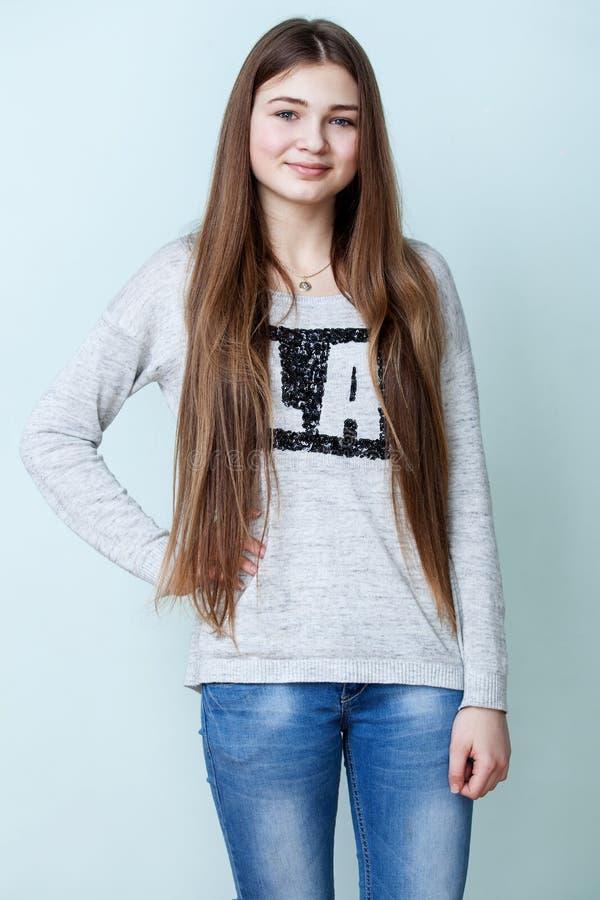 Tiener in grijze overhemd en jeans stock fotografie