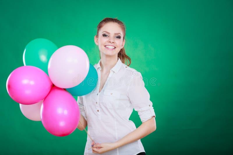 Tiener het blije meisje spelen met kleurrijke ballons stock afbeelding