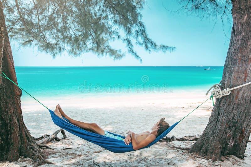 Tiener het koelen in hangmat op het strand royalty-vrije stock afbeeldingen