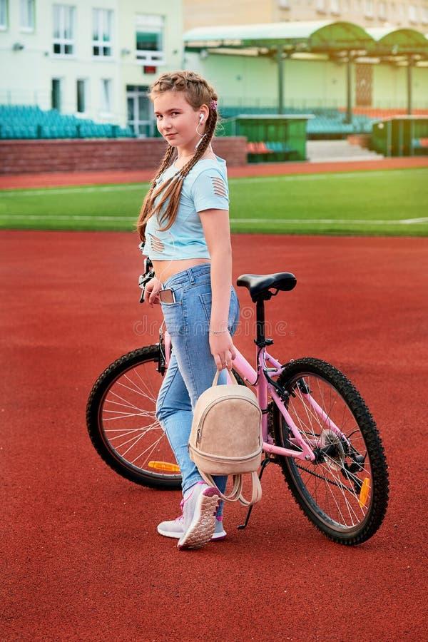 Tiener het ontspannen op een stadion Kind het stellen met de fiets royalty-vrije stock afbeeldingen