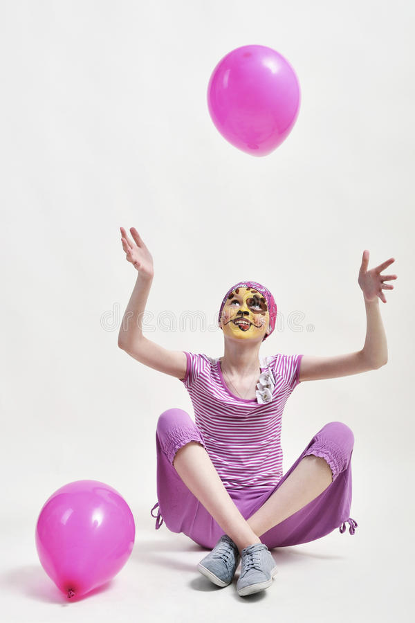 Tiener het spelen met ballons stock fotografie