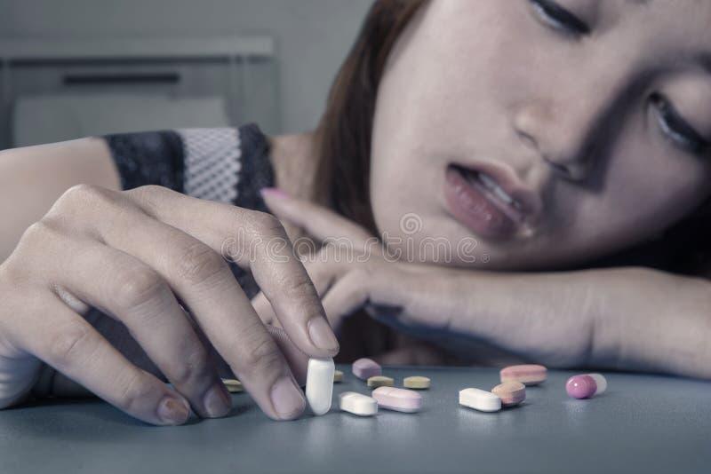 Tiener het spelen pillen stock afbeelding