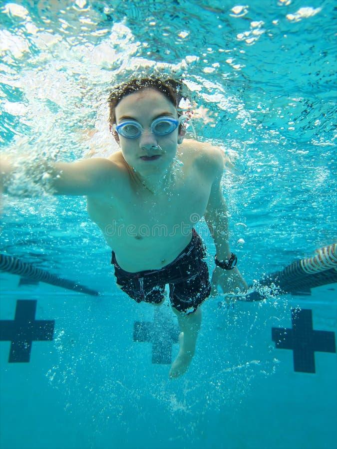 Tiener het zwemmen vrij slag royalty-vrije stock fotografie
