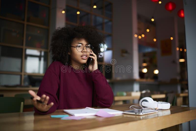 Tiener hipster meisje die emotioneel op mobiele het ruzie maken besprekingsideeën spreken stock foto