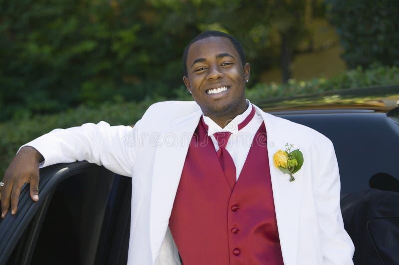 Tiener in kostuum dat op limo leunt royalty-vrije stock fotografie