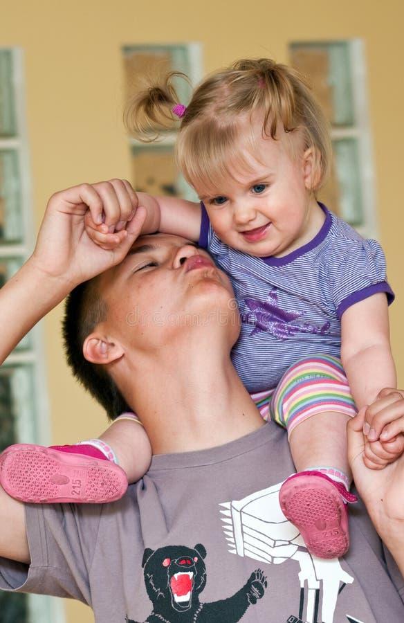 Tiener met babyzuster royalty-vrije stock foto's