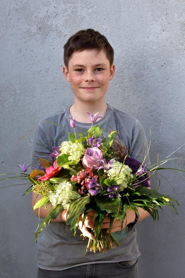 Tiener met bloemboeket royalty-vrije stock fotografie