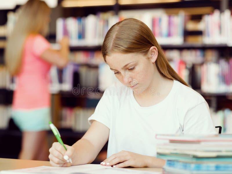 Tiener met boeken royalty-vrije stock fotografie