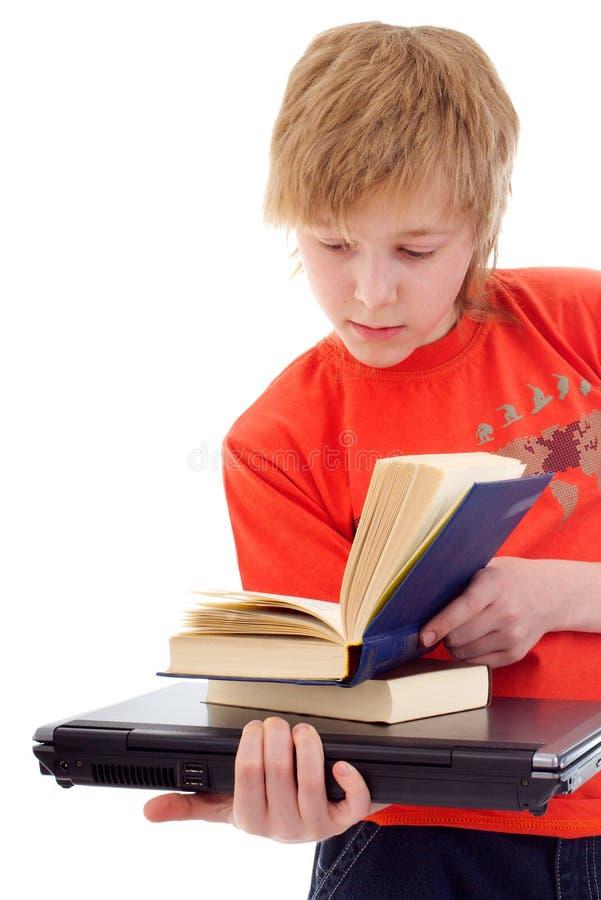 Tiener met boeken en laptop stock foto