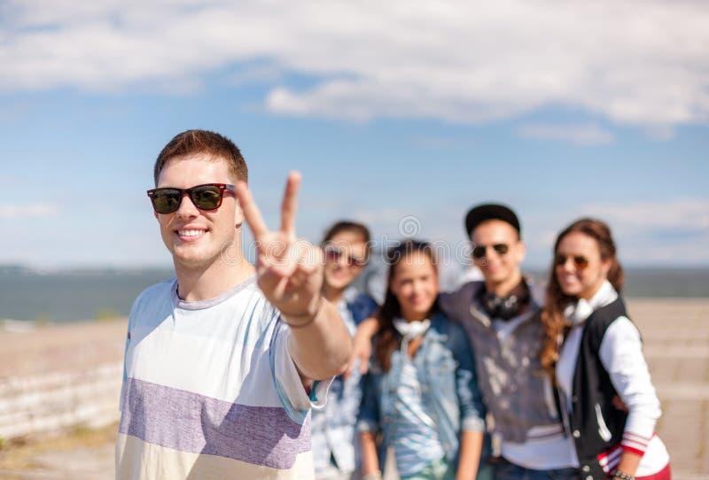 Tiener met buiten zonnebril en vrienden stock foto