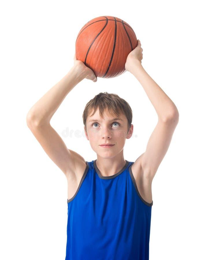 Tiener met een bal voor basketbal over zijn zijn hoofd Geïsoleerdj op witte achtergrond royalty-vrije stock afbeeldingen
