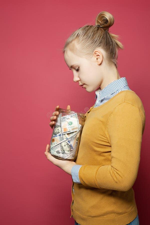 Tiener met geld Onderwijsprijzen, verantwoordelijkheid en het concept van het besparingsgeld royalty-vrije stock fotografie
