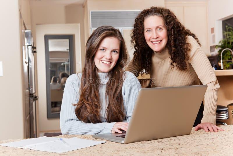 Tiener met haar moeder royalty-vrije stock foto's