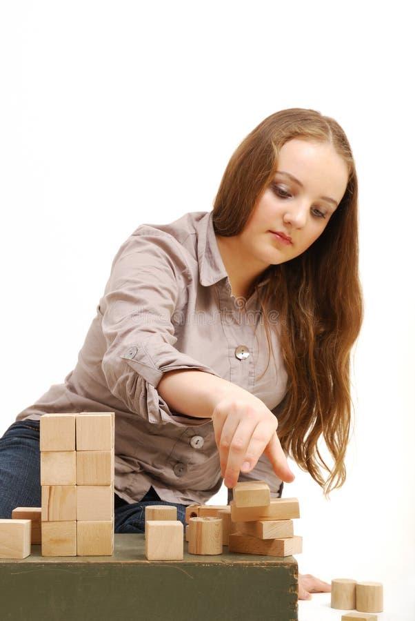Tiener met houten kubussen stock afbeeldingen
