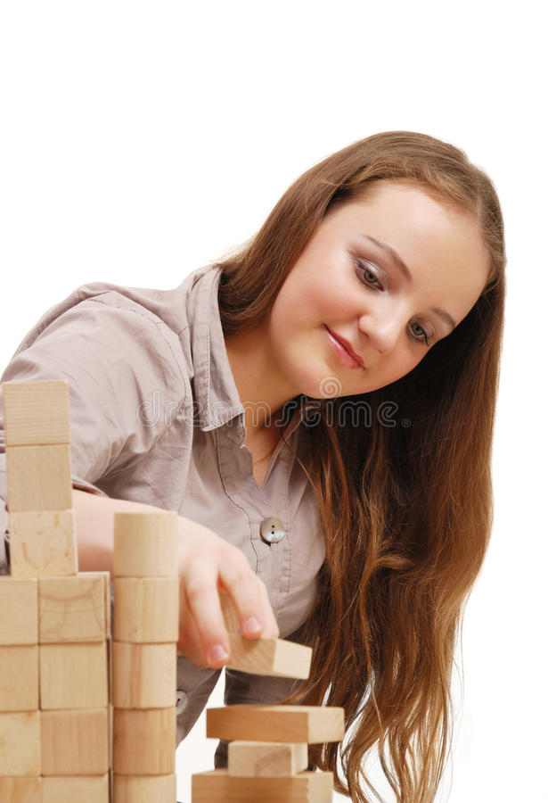 Tiener met houten kubussen royalty-vrije stock fotografie