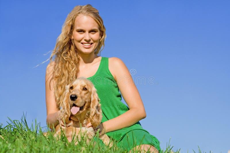 Tiener met huisdierenhond royalty-vrije stock foto's