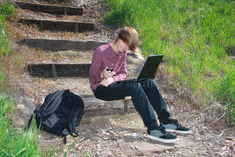 Tiener met Laptop en Telefoon royalty-vrije stock afbeeldingen